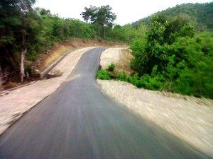 Ini adalah jalan dari Atambua ke perbatasan Mota Ain. Jalannya ngeri.. naik turun gitu.. hihi