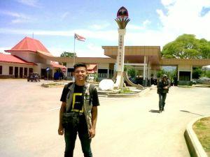 Ini adalah kantor keimigrasian Timor Leste (ada di belakang saya). Foto ini diambil saat pulangnya sih... bukan saat masuk Tiles