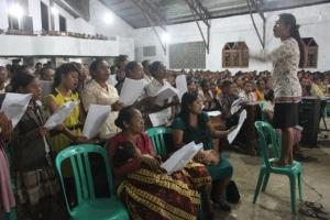 Koor wilayah ikut berpartisipasi dalam misa natal.