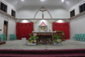 Ini adalah foto altar tempat misa di gereja Santo Andreas Tunbaba