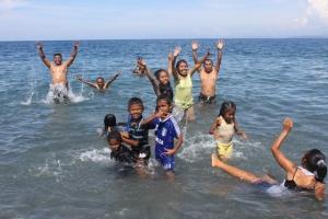 Keceriaan di Pantai Wini... senangnya si anak-anak Timor ini... hahahahaha