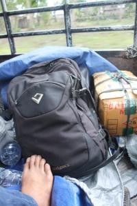 Ini adalah barang bawaan saya. Tas dan kardus. Masih ada yang lain lho... Bener-bener kayak pengungsian yak.. hihihi...