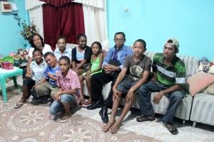Keluarga di Dili. Kami disambut ramah.