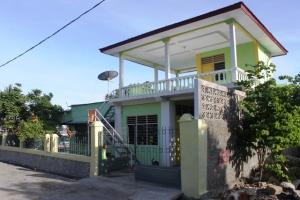 Rumah saudara saya di Manatuto. Jangan dibayangin rumah-rumah di Timor Leste masih tradisional gitu yeee...