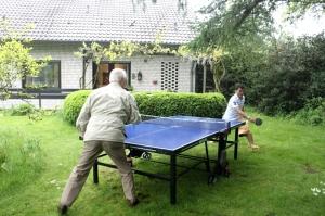 Ditantang si Bapak main tenis meja