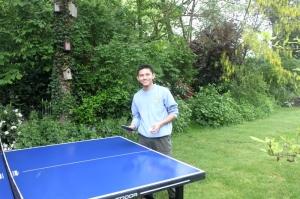 Pura-pura main tenis meja. Seolah-olah jadi atlit.