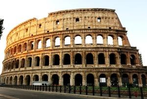 Colloseum di Roma yang baru saja disinari mentari pagi. Tampak terlihat sepi karena belum ada pengunjungnya.