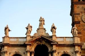 Patung di atas Basilika St. Maria Maggiore yang mulai disinari mentari pagi.