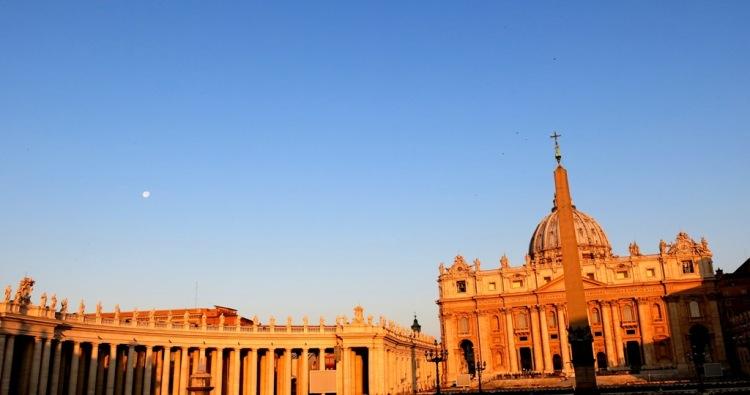 Basilika Santo Petrus tampak pagi hari dengan bulan yang masih terlihat.